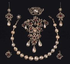Danish Crown Jewels - Diamond and Ruby Parure (necklace, brooch and earrings) made in The The pearl necklace belonged to King Christian V's consort, Queen Charlotte Amalie. Royal Crown Jewels, Royal Crowns, Royal Tiaras, Royal Jewelry, Jewelry Sets, Fine Jewelry, Antique Jewelry, Vintage Jewelry, Handmade Jewelry