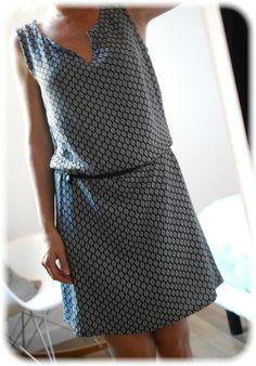 Robe estival a forme géométrique bleu foncé et gris avec ceinture noir et a  accordé avec 67790f184f6