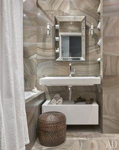 Стены и пол в ванной комнате отделаны плиткой из керамогранита Roberto Cavalli.
