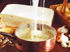 Ingrédients: 500 g de pommes de terre 90 g de cantal 90 g de tomme 75 g de beurre 100 g de crème fraîche épaisse 2 gousse...
