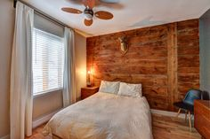Chambre à coucher, mur de bois rustique. Effet bois de grange.  Cute small vintage bedroom. Barn wood wall.