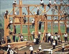 "A ""barn raising"" by Amish men. They do this all to help another Amish family. The Amish women cook a large meal for all. Amish Barns, Old Barns, Amish House, Ontario, Amish Pie, Amische Quilts, Amish Family, Vie Simple, Indiana"