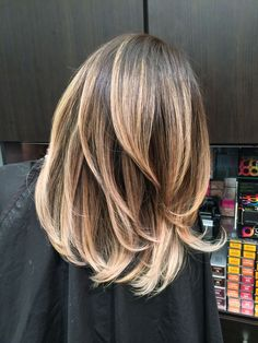 When done right, brown hair with blonde highlights can be truly stunning! Check out our 70 + amazing brunette hair ideas for highlights and balayage. Bayalage, Hair Color Balayage, Blonde Balayage, Auburn Balayage, Balayage Hairstyle, Blonde Foils, Blond Ombre, Blonde Dye, Brown Balayage