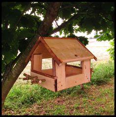 Amazing Pallet Bird Feeder / Mangeoire Pour Les Oiseaux Sauvages  #birdfeeder #garden #repurposedpallet Here is the bird feeder I made from one pallet! ...