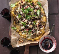 Polenta-Pizza mit Pilzen und Feldsalat (essen&trinken.de)