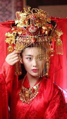 Chinese Wedding Decor, Traditional Chinese Wedding, Traditional Fashion, Traditional Dresses, Geisha, Wedding Headdress, Chinese Clothing, Hanfu, Poses