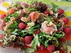 Sprek salat med bringebær og spekeskinke