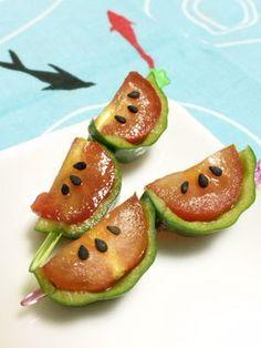 Mini watermeloen van tomaat komkommer en zaadjes zoals zonnebloempitten of lijnzaad