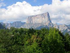 Lange Zeit galt der, hoch wie eine Felsenburg, aufragende Mont Aiguille als unbezwingbar. Half Dome, Mountains, Nature, Travel, Adventure Tours, Natural Wonders, Mountaineering, France, Naturaleza