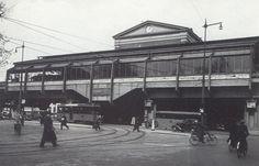 station Rotterdam Blaak stationsgebouw I (1939) middendeel met twee verdiepingen met fronton met uurwerk en versiering. Aan weerszijden een vleugel met gelijke bekroning in de eindgevels als in het middendeel
