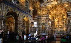 Interior da Igreja de São Francisco de Assis, ricamente decorado em estilo barroco, em Salvador, estado da Bahia, Brasil. O interior da Igreja é de uma beleza rara, todo em uma deslumbrante talha dourada e imagens policromadas de mestres santeiros baianos, obras primas da arte sacra.