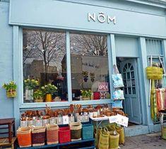 Nôm living london love those color blocked baskets, perfe Restaurant Marketing, Cafe Restaurant, Shop Window Displays, Store Displays, Lokal, Cafe Shop, Shop Fronts, Store Windows, Lovely Shop