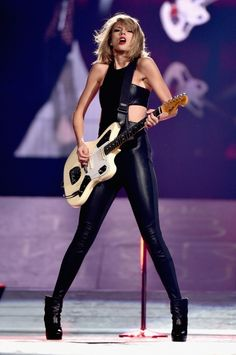 Taylor Swift takes the stage with Rolling Stones legend Mick Jagger Friends, or…? Interestingly, Mick and Taylor were in the news together very recently, but for a slightly more competitive reason Taylor Swift Hot, Style Taylor Swift, Mick Jagger, Rolling Stones, Miss Americana, Swift Tour, Agile, Taylor Swift Pictures, Alexandra Daddario