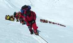 'Human snake' of 600 hobby climbers on ascent without any respect to Mount Everest or their lifes.