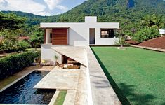 Mesmo no alto verão, a temperatura é agradável nesta casa em Ubatuba. A ventilação cruzada promovida pelas grandes janelas e o isolamento térmico dado pela laje ajardinada são o trunfo do projeto moderno e fluido da Brasil Arquitetura