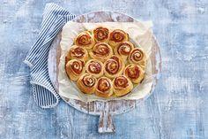 Cheers op deze cheesy ham-kaasrolls, ideaal als borrelhapjes! - Recept - Allerhande