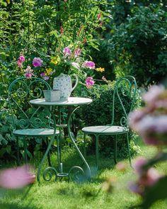 """Solche bunten Sträuße sind meist meine """"Risslings- oder Jätesträuße"""" - Staudenwicke, Goldfelberich, gar zu stark in den Weg wachsender Knöterich. In der Vase halten diese Kraftprotze ähnlich lang wie sie fit im Garten sind. Ikebana, Wicken, Amaryllis, Vase, Outdoor Furniture Sets, Outdoor Decor, Stark, Fit, Home Decor"""