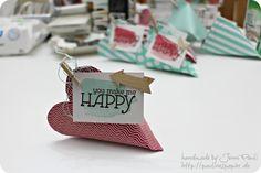 Oh mann, was für eine süße Idee...diese herzigen Dinger habe ich über Pinterest gefunden, und gleich ausprobiert!    Süüü-üüüß, oder? Also, die sind nicht nur zum Valentinstag gut...die sind für immer gut. Für jede herzige Gelegenheit!    Und das Beste: Sie sind so leicht zubereitet. Aus einen Bogen aus dem Stampin'Up! DesignerBlöckchen(4 1/2x6 1/2 inch) kann man so eine süße Verpacku ...