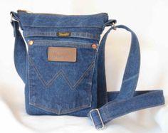 Genießen Sie dieses große Tasche gebaut mit gelben Denim Thread Beige YKK-Reißverschluss und Patte, Ihre Artikel zu schützen. Es hat mehrere Taschen - 4 innere diejenigen, von denen zwei die Größe eines durchschnittlichen Jean haben Gesäßtaschen und die anderen beiden sind umgewidmet aus der ursprünglichen Hose Cargo Seite Tasche und 5 Außentaschen, davon eine kleine Münze eins. Ein Frachtführer Schleife und Gürtel können verwendet werden, ein Schal, Halstuch oder Karabiner zu binden…