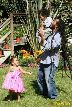 Natty Dreads Congo Bongo/Ziggy Marley playing with his kids Bob Marley Sons, Marley Brothers, Reggae Bob Marley, Marley Family, Damian Marley, Skip Marley, Bob Marley Pictures, Robert Nesta, Nesta Marley