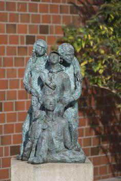 #Weddelbrook Bildhauerin Mo Kay schuf für die Sporthalle ihrer Heimatgemeinde eine Figurengruppe aus Bronze, die große Vertrautheit und Geborgenheit ausstrahlt.