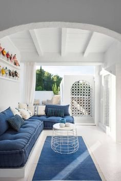 Like every year, Pantone releases its statement of the color choice of the year. The color Pantone 2020 has fallen this time on the tone of Classic blue. Greek Decor, Pantone 2020, Vogue Living, Spanish House, Coastal Homes, Beach House Decor, White Walls, Beautiful Homes, Outdoor Furniture Sets