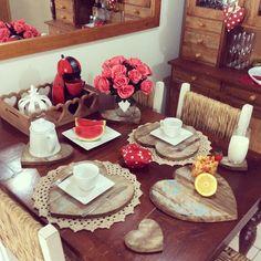 """""""Um domingo feliz começa assim,com produtos da @ateliearteestilo Hoje resolvi mostrar um pedacinho da minha casa,olha como os corações de madeira deixam…"""""""