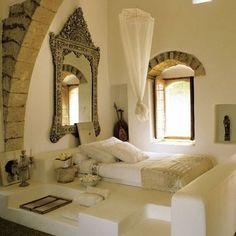 Stilig hvitt indisk! Men avhengig av større arkitektoniske elementer - sten og speilet. Kombinasjone av metall og tekstiler i lyse metallfarger er stilig.