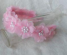 Tiara com flores de voal creme/offwhite e pérolas banhadas ABS.  Disponível também em outras cores