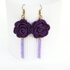Flower crochet earrings - Crochet jewelry - Violet rose earring - Fashion jewelry - Gift idea -Long earrings - Textile jewelry Pair of crochet Más Bracelet Crochet, Crochet Earrings Pattern, Crochet Motif, Crochet Flowers, Crochet Patterns, Diy Flowers, Beaded Earrings, Earrings Handmade, Handmade Jewelry