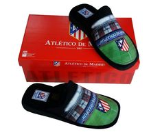 Zapatillas de estar por casa con estampado del estadio del Atlético de Madrid por 22,95€.