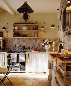 Shabby Chic Interiors: rustic kitchen with beautiful linens