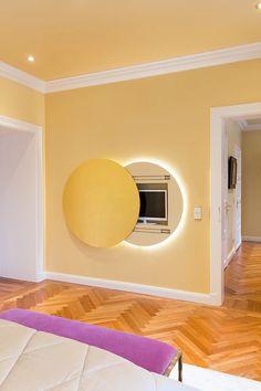 Fernseher im Schlafzimmer kann auch genial versteck werden!    TV in bedroom can also be hidden behind a moon    Foto: Viktoria Stutz