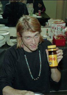 Kurt Cobain holding up a random can Kurt Cobain Photos, Nirvana Kurt Cobain, Banda Nirvana, Kurt And Courtney, Donald Cobain, Smells Like Teen Spirit, We Will Rock You, Punk, Dave Grohl