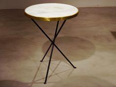 Mesa redonda estilo vintage con mármol y aro de latón TRIPODE