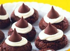 Chocolate Thumbprint Kiss Cookies are best made with Hot Cocoa Creme filled Hershey's Kisses or something similar. This recipe is perfect to get kids in the kitchen. Chocolate Kiss Cookies, Chocolate Fudge Frosting, Chewy Peanut Butter Cookies, Yummy Cookies, Chocolate Recipes, Vanilla Frosting, Chocolate Chocolate, Macarons Chocolate, Chocolate Pavlova