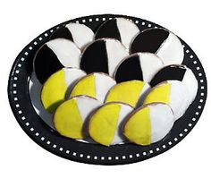 Sour Lemon Black & White's! Black And White Cookies, Delish, Sweet Tooth, Lemon, Twitter, Breakfast, Desserts, Instagram, Food