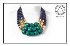 Collar con cuentas en cristales azul marino, dorado y verde $255.
