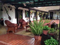 Salita exterior en el extremo del corredor Hacienda Homes, Hacienda Style, Dream Home Design, My Dream Home, House Design, Courtyard Design, Courtyard House, Spanish Style Homes, Spanish House