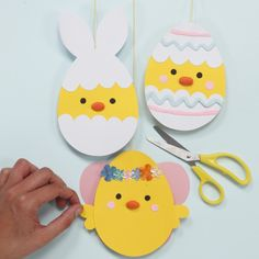 These Easter chicks are cut from card and decorated with Silk Clay, sequins and pom-poms. The chicks are decorated as Easter bunnies, fairies and decorative eggs. Easter Arts And Crafts, Frog Crafts, Easter Crafts For Kids, Preschool Crafts, Diy And Crafts, Paper Crafts, Easter Games For Kids, Craft Kits For Kids, Diy For Kids