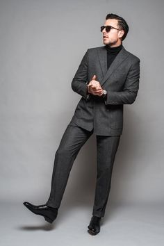I have talked about the turtleneck as a fashion piece on numerous articles before. Especially how important it is in the winter period, and how it can easily be combined with any formal style Mens Fashion 2018, Mens Fashion Suits, Mens Suits, Womens Fashion, Dapper Gentleman, Gentleman Style, Formal Casual, Men Casual, Winter Fashion Outfits