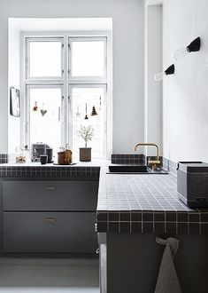 Back in Fashion: 5 Old Kitchen Design Trends that are Making a Comeback: Tile Countertops Kitchen Worktop, White Kitchen Cabinets, Kitchen White, Kitchen Counter Tile, Kitchen Surface, Black Cabinets, Kitchen Tiles Design, Modern Kitchen Design, White Apartment