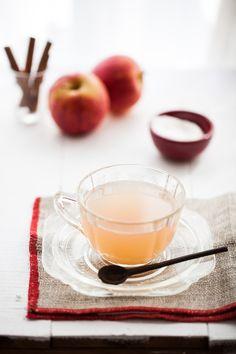 Chá de maçã   #ReceitaPanelinha: Olha essa cor! E pensar que a lista de ingredientes leva maçã, canela e água… O chá fica perfumado – aquece até o coração da gente.