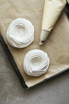 We hebben al meerdere artikelen gewijd aan het maken van meringue(schuim), maar wist je dat je het ook kunt stomen? Kort gezegd (en los van de bereidingswijze) zijn er twee soorten meringue te maken: de droge en de chewy variant. Droge meringue Bij droge meringue is het belangrijk dat je het eiwitschuim niet bakt, maar droogt. Hierdoor …