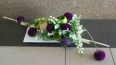 Znalezione obrazy dla zapytania kompozycje na grób ze sztucznych kwiatów w koszu