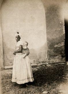 Fotografias do século XIX mostram a cara da escravidão no Brasil Imperial - Ama de Leite carrega criança. Bahia, 1870