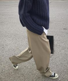 baggy sweaters + baggy pants Baggy Sweater + Baggy Pants The post Baggy Sweater + Baggy Pants appeared first on Frisuren Tips - Woman Fashion Baggy Pullover, Baggy Sweaters, Baggy Sweater Outfits, Baggy Pants Outfit, Look Fashion, Trendy Fashion, Korean Fashion, Fashion Design, Fashion Trends