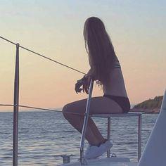 Me siento tremendamente afortunada de poder haber vivido esta experiencia y de tener un padre apasionado de la vela que me ha arrastrado a vivir una semana en un barco. El ambiente es increíble, gente relajada, simpática, con ganas de ayudarse entre sí ante cualquier problema, conocer gente joven de todo el mundo que no busca la diversión en emborracharse sino en pasar un buen rato con sus amigos jugando a las cartas, navegando y haciendo el completo idiota en el agua (sobre todo los…