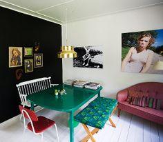 gostei da mistura de cadeiras r bancos e cores... (dcoracao.com - blog de decoração)