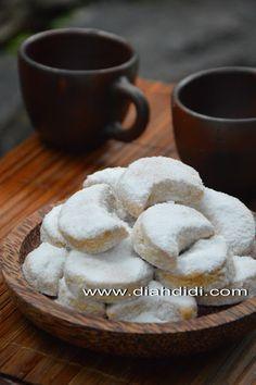 Diah Didi's Kitchen: Resep Kue Putri Salju Indonesian Desserts, Indonesian Food, Best Chocolate Chip Cookies Recipe, Traditional Cakes, Sweet Pastries, Biscuit Recipe, Yummy Cakes, Sweet Recipes, Cookie Recipes